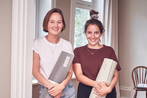 Die Zwei Gründerinnen Anna und Sophie von hejhej-mats. Sie haben es sich zum Ziel gemacht, eine möglichst nachhaltige Yogamatte zu kreieren.
