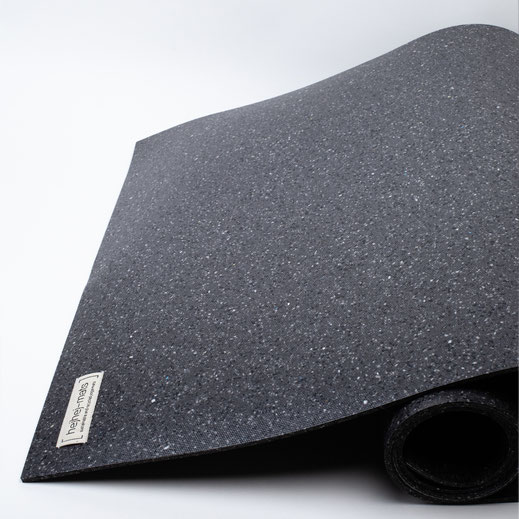 The pattern of the dark recycled hejhej-mat looks a litte bit like the universe.