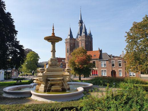 Sassenpoort met op de voorgrond de Van Nahuys fontein