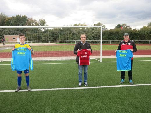 Abteilungsleiter Martin Stockhofe und der Geschäftsführer der Firma MABEG, Stefan Lichte, freuen sich auf die langfristige Zusammenarbeit. Hier im Bild ein B-Jugendspieler mit der neuen Ausrüstung !