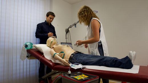 Medizinisches Notfalltraining in einer Arzpraxis.