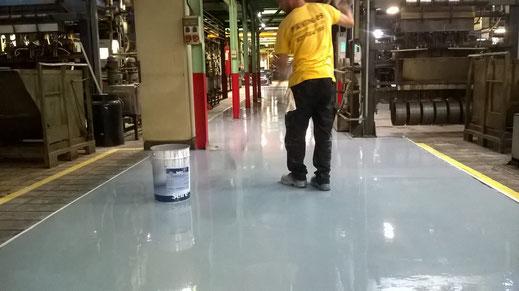 Suelos y pavimentos industriales de resinas continuos en Barcelona preparando el soporte acabado del pavimento