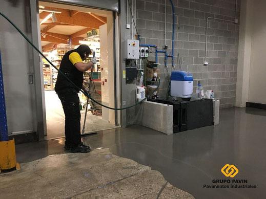 Vertido del autonivelante cementoso