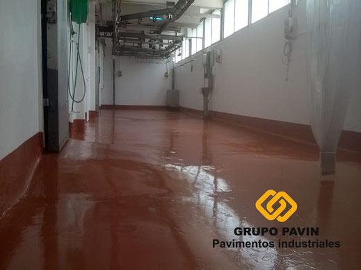 Zona trabajo después de dar capa con resinas del pavimento para una carnicería
