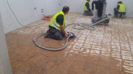Suelos y pavimentos industriales de resinas continuos en Barcelona preparando el soporte