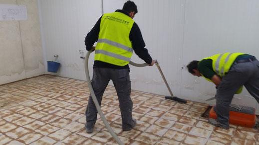 Suelos y pavimentos industriales de resinas continuos en Barcelona aspirando
