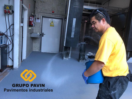 Espolvoreo a saturación del árido de cuarzo coloreado de los suelos de resinas metil metacrilato para un multicapa cuarzocolor en una industria cárnica