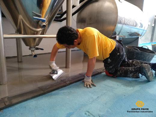 Detalle aplicación del mortero autonivelante cementoso