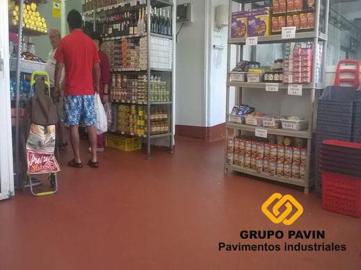 Zona venta público después de dar capa con resinas del pavimento para una carnicería