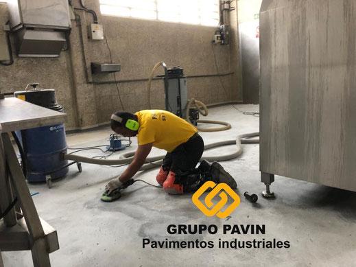 Zonas a repasar en detalle con la flex de mano de los suelos de resinas metil metacrilato para un multicapa cuarzocolor en una industria cárnica