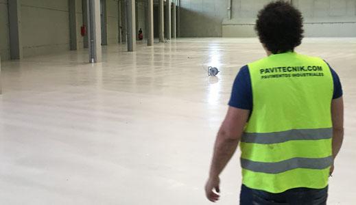 Limpieza y mantenimiento de un pavimento industrial en Barcelona