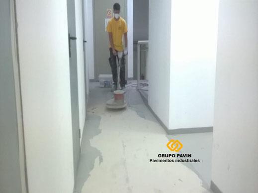 Preparación del soporte mediante lijado y aspirado industrial