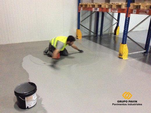 Suelos y pavimentos industriales de resinas continuos en Barcelona con un ejemplo de ejecución a llana