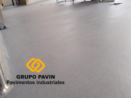 Detalle final pavimento  de los suelos de resinas metil metacrilato para un multicapa cuarzocolor en una industria cárnica