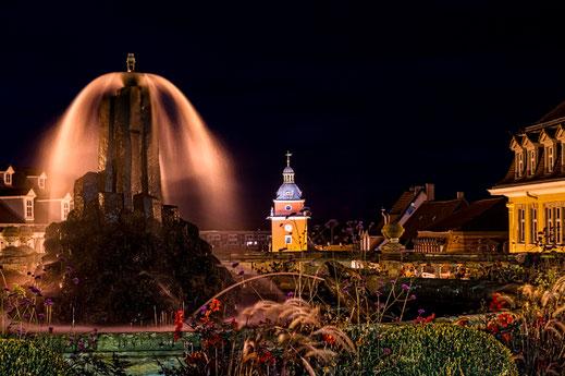 Gotha - Wasserkunst mit Rathaus in nächtlicher Stimmung