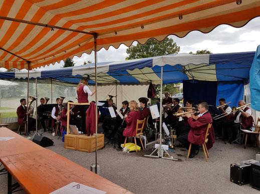 Musikalisch stimmte der Musikverein Jesingen mit der Stammkapelle zum Frühschoppen an.