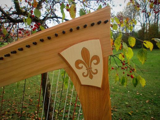 Harfe Verzierung französische Lilie, Tremer Harfen, Intarsie