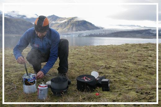 Island 2007 - Jürgen Sedlmayr bei der Zubereitung seiner Verpflegung