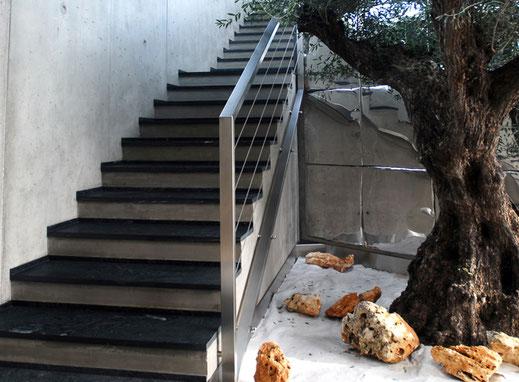 Stiegen aus dunklem Naturstein
