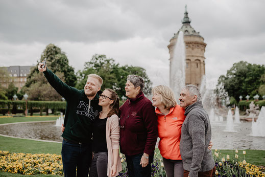 Selfie mit der Familie am Wasserturm Mannheim by Sebastian Pintea