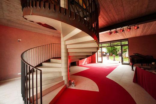 Empfangsbereich oder Veranstlungsraum geprägt von einer imposanten Treppe aus Stahl und Beton