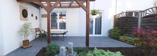 Terrasse mit Natursteinplatten angelegt.
