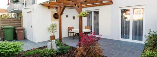 Natursteinplatten für Terrasse verlegt