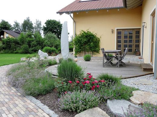 Eingangsbereich mit Holzterrasse,  Gartengestaltung Regensburg-München