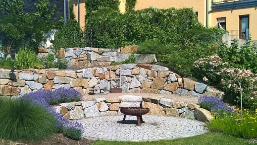 Grillplatz vor Trockenmauer Gartengestaltung Regensburg-München