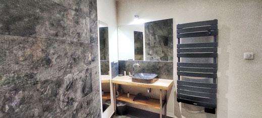 Salle de bain sur le thème de la Pierre avec douche à l'italienne