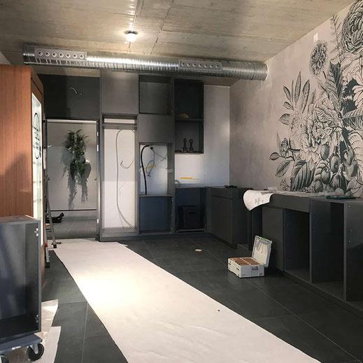 Küche / Kantine während dem Aufbau. Interiordesign mit Bodenplatten, Tapete, Küchenfront, Steinplatte