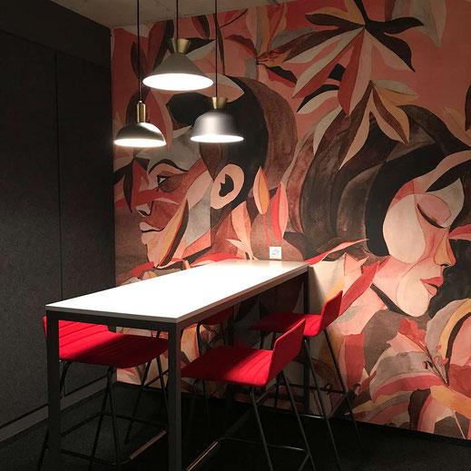 Besprechungsraum mit Akustikwand Tapete, Magnetwand, Licht, Besprechungstheke und 4 Barstühle