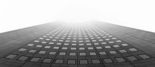 Cityhochhaus im Nebel