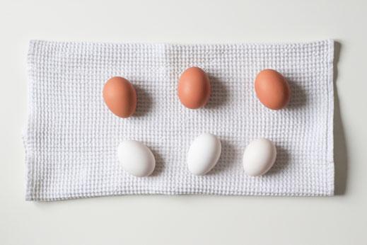 Braune und weiße Hühner-Eier