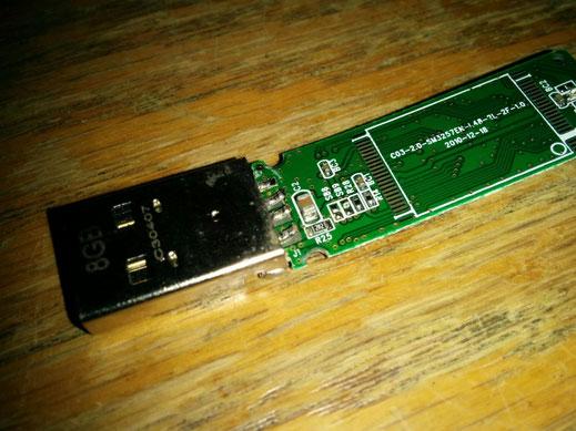 Defekter USB-Stick, gebrochene und von der Platine gelöste Kontakte