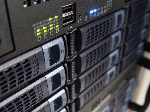 Server mit Ansicht auf die Festplatten