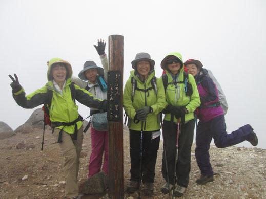 上ホロカメットク山(1,920m)にて、霧の中でも元気印