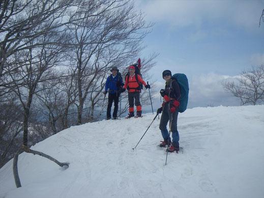 標高1300m付近ですれ違った泊組の3人。