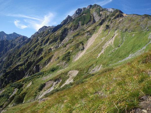 厳つい岩峰、五竜の山塊。