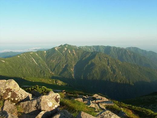 飯豊山山頂から縦走路を見る