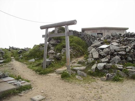 本山小屋の隣に飯豊山神社があります