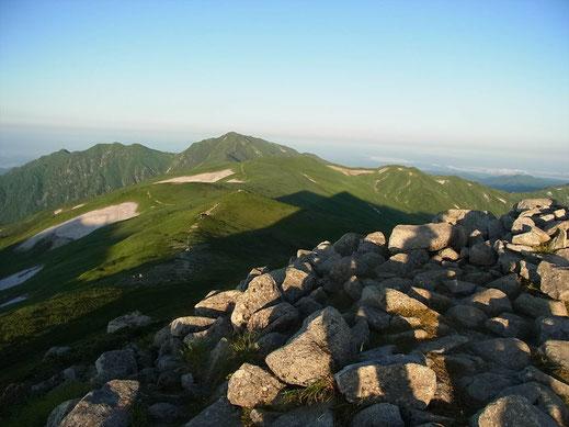 飯豊山山頂から飯豊連峰最高峰の大日岳(2,128m)