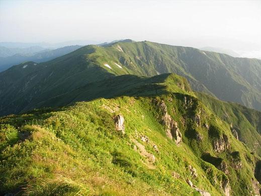 北股岳山頂から残り少ない縦走路と梶川尾根(上も右手)