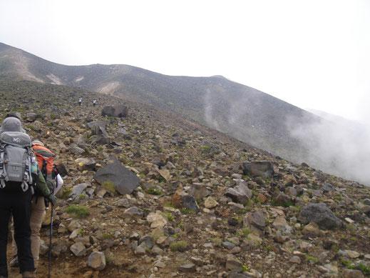 やっぱり活火山。岩ゴロ地帯に入っていく