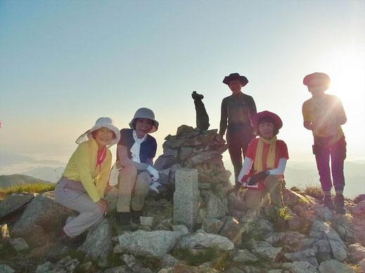 5時半、北股岳(2,024.8m)山頂にて