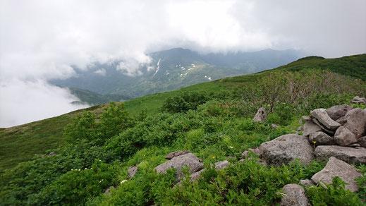 暑寒別岳山頂から南暑寒別岳(真ん中)、一瞬のガスの切れ間に撮影