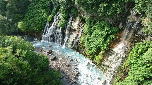 白ひげの滝 (ここから川が青くなるらしい)