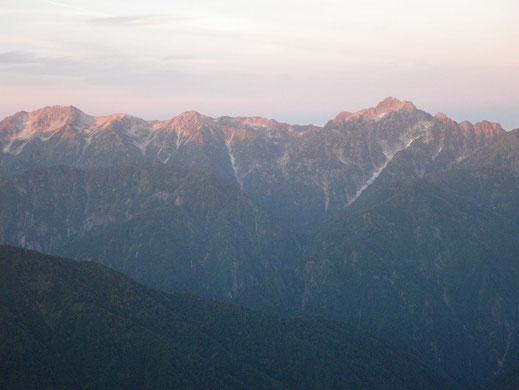 モルゲンロートに染まる剱の峰々