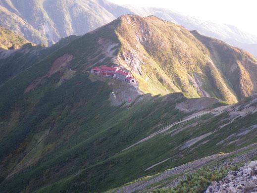 唐松岳山荘 テント場・・朱一点、われらがテント。