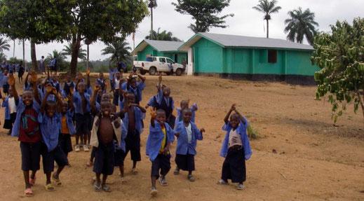 Schulkinder vor der Schule in Konjorlloe